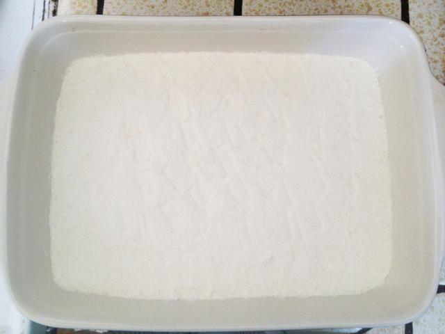 Engrasar un molde para hornear (yo usé una cacerola 9x12). Presione esta mezcla en el fondo de la sartén engrasada.
