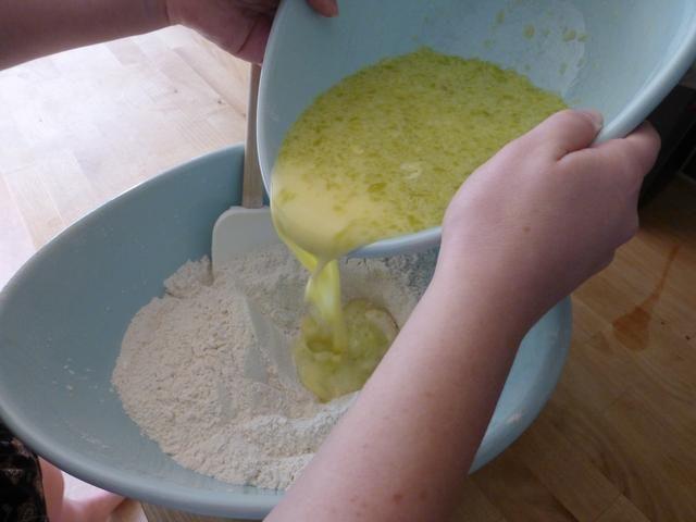 Vierta la mezcla húmeda en los ingredientes secos.