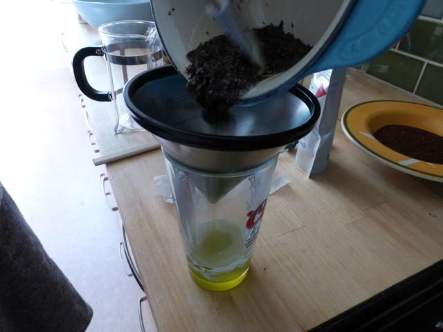 Vierta Tea & Butter mezcla en un vaso usando un colador fino. (Yo usé un filtro de café de metal en lugar de un sieve- Creo que también se puede utilizar un filtro de café de papel)