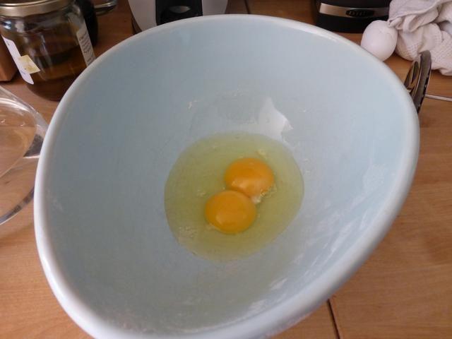 En un tazón mediano, añadir 2 huevos grandes.