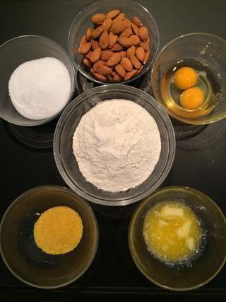 Ingredientes: harina, azúcar, harina de maíz, almendras, huevos y mantequilla