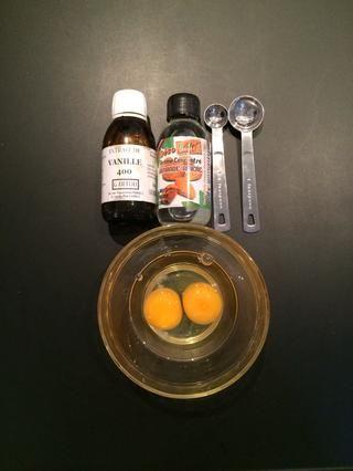Ponga 1 cucharadita de extracto de vainilla + 1/4 cucharadita de extracto de almendra en los 2 huevos