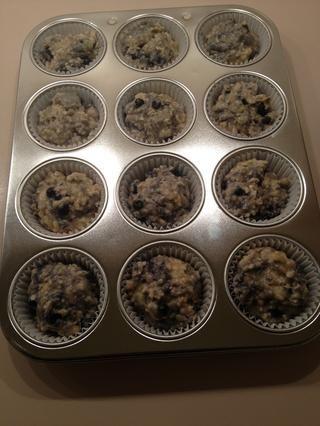 Divida la masa entre los moldes para muffins - debe hacer 12 magdalenas.