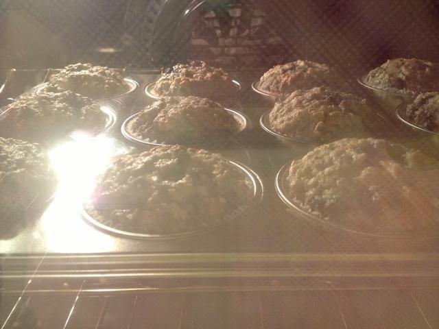 Hornee por 20 minutos o hasta que al insertar un palillo en el centro de un muffin salga limpio.