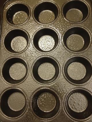 Engrasar molde para muffins.