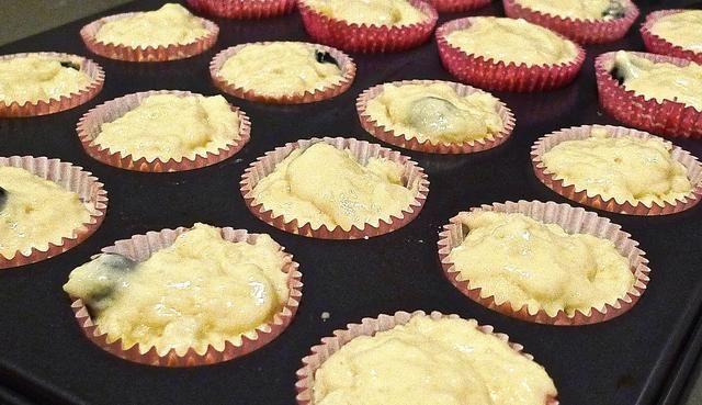 Coloque el molde para muffins lleno en un 190 grados C horno precalentado.
