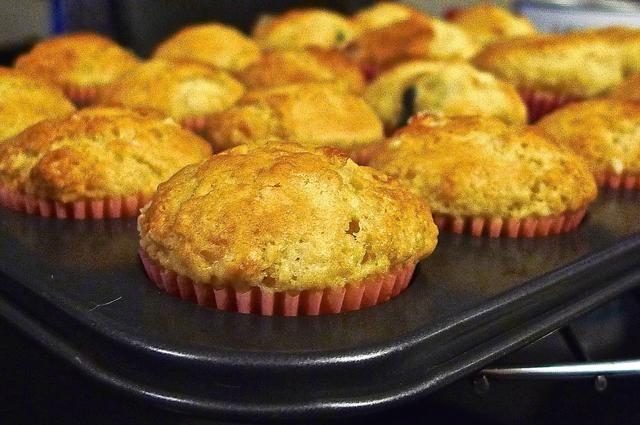 Traslado de pan de mollete caliente a una rejilla para enfriar unos 5 minutos antes de retirar de la sartén.
