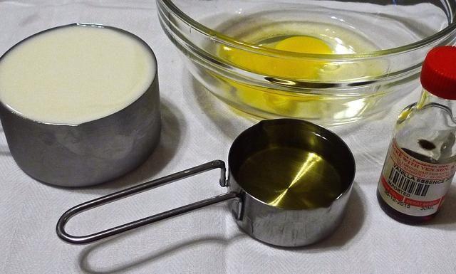 Mida los ingredientes húmedos: yogur natural, aceite vegetal, extracto de vainilla y 1 huevo grande.
