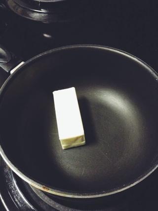 En una cacerola derretir la mantequilla.