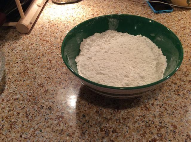 En un tazón mediano, bata la harina, el bicarbonato de sodio, el cremor tártaro, la canela y la sal del mar. Establezca este cuenco a un lado.