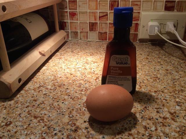 A continuación, en un tazón grande, combine la mantequilla y dore el azúcar blanco y marrón. Mezclar hasta que se mezcla suave. A continuación, añadir el huevo, la yema de huevo, la vainilla y se mezcla hasta que se mezclen de manera uniforme.