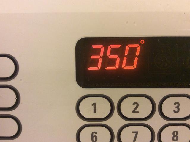 Cuando la masa se hace frío, y ya está listo para hornear, precalentar el horno a 350ºF.