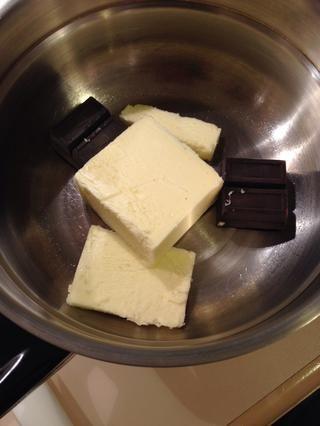 Derrita la mantequilla y el chocolate a baño maría.
