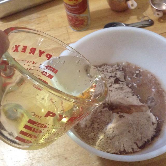 Vierta la mezcla en un tazón con la mezcla de brownie y agua