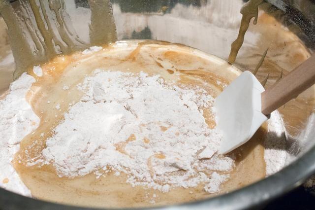 Mezclar la mezcla de huevo en la mezcla de harina hasta que esté bien humedecido.