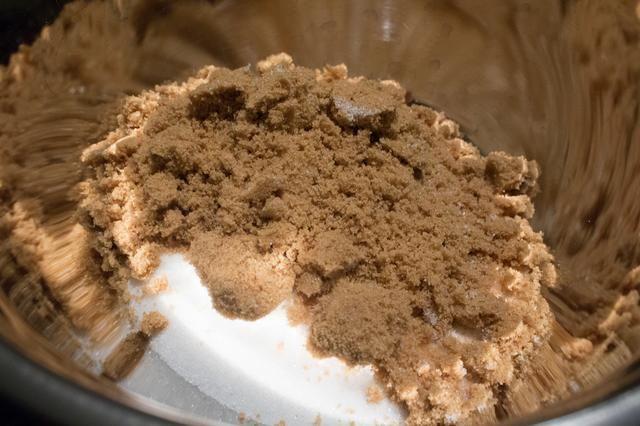 En el tazón de los ingredientes húmedos, agregue el azúcar morena.