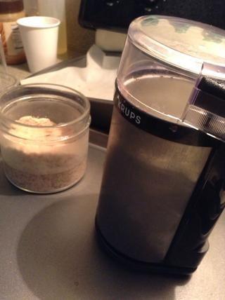 He utilizado un molino de café Krups para aplastar las almendras.