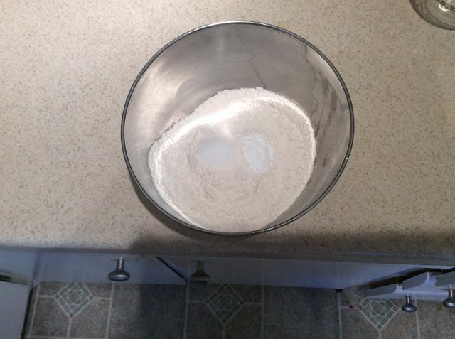 Luego, en un tazón pequeño mezcle 2 1/4 tazas de harina, 1 cucharadita de bicarbonato de sodio y 1 cucharadita de sal deje a un lado.