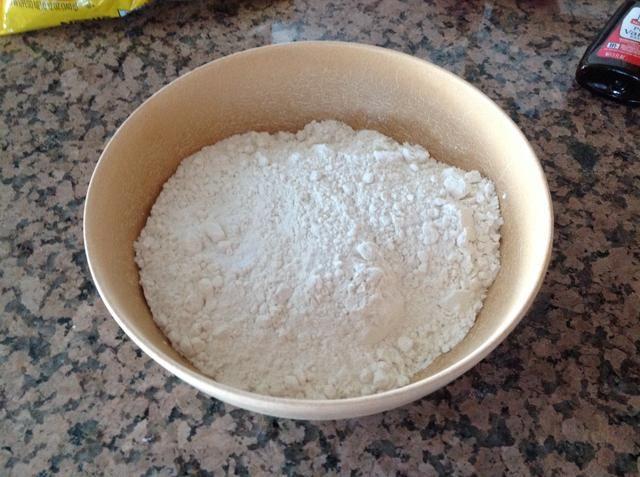 En un tazón pequeño, mezcle la harina, el bicarbonato de sodio y la sal