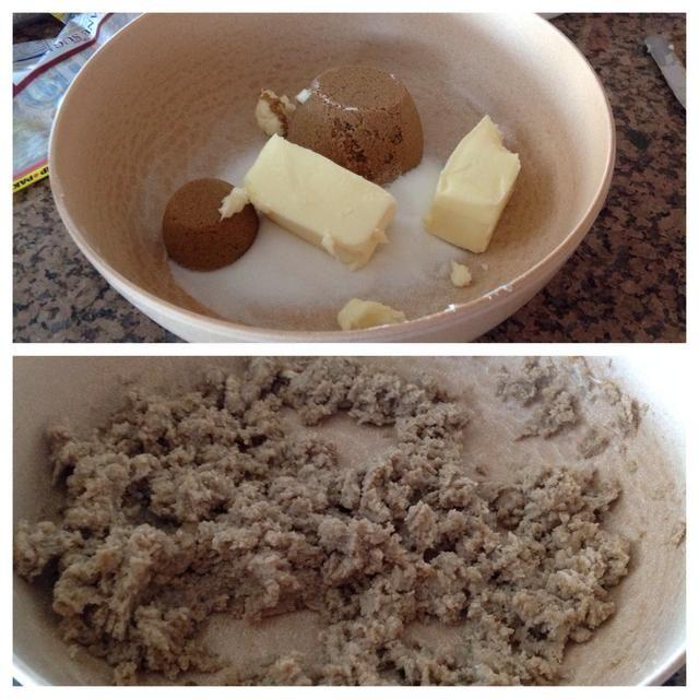 En un recipiente aparte, batir la mantequilla y el azúcar hasta que quede cremoso