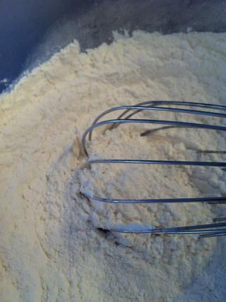 Mezcle la harina, el bicarbonato de sodio y la sal. Dejar de lado.