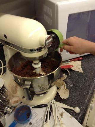 Vierta chips de chocolate en la mezcla.