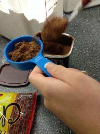 Añadir cacao a la mezcla de harina.