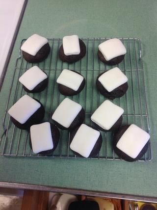 Saque las galletas y los puso en un estante de enfriamiento para dejarlos enfriar