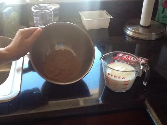 En un tazón mediano, bata la mezcla de pudín y 2 tazas de leche con un batidor durante unos dos minutos.