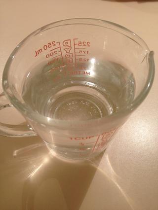 Añadir agua a la mezcla.