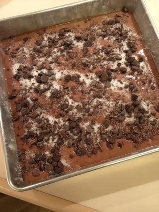 Espolvorear con chispas de chocolate y azúcar.