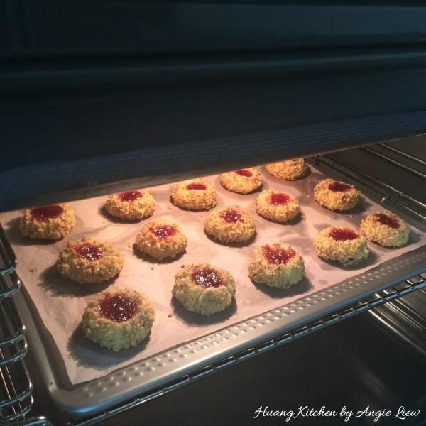 Luego, cocer en el horno precalentado durante 12 a 15 minutos hasta que los bordes de las galletas estén doradas y las tuercas se dore. Sólo tiene que tocar las galletas y deben ser firmes cuando haya terminado.