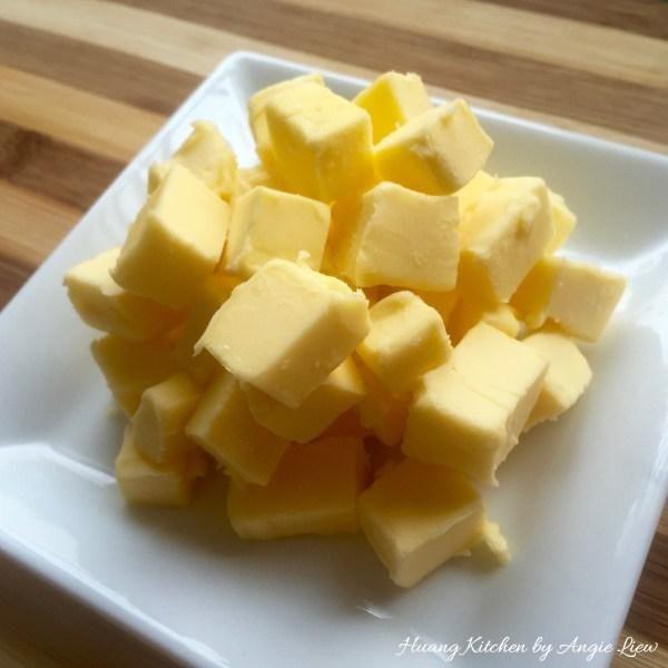 Mantequilla Primer corte en cubos pequeños. Esto hace que la combinación de mantequilla con otros ingredientes más fáciles. Deja para ablandar a temperatura ambiente (unos 20 minutos).