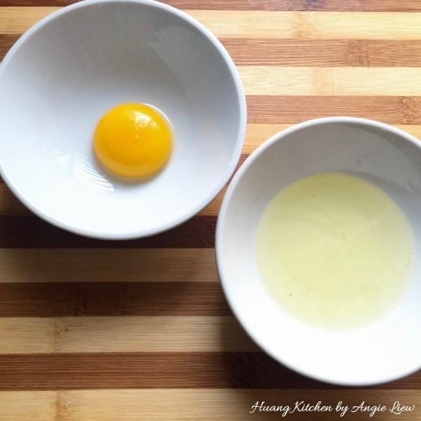 A continuación, separar un huevo en yema y la clara.