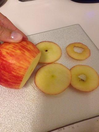 Lavar y cortar las manzanas muy finamente (si tiene una mandolina y manzana corer recomiendo que utilice esos, pero yo don't, so I just used a sharp knife!)