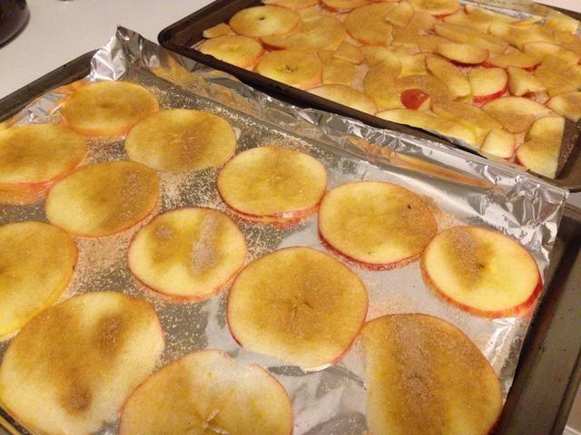 Coloque las rodajas de manzana en una capa en sus bandejas para hornear forradas y ligeramente espolvorear con la canela y el azúcar! Usted puede saltarse este paso para que sea más saludable, pero me encanta el sabor de la canela y manzanas