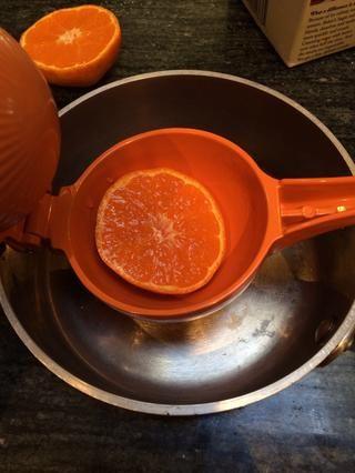 Cuando el pastel está casi hecho, usted puede comenzar a preparar el jarabe.