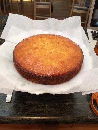 Cuando esté frío, coloque el pastel en un plato de servir. Me gusta pegar trozos de papel de pergamino en la parte inferior para que cualquier formación de hielo fuera de control se limpia fácilmente.