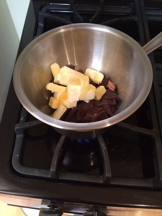 Coloque la mantequilla, el chocolate y la miel en una caldera doble (lo que no es una olla de agua hirviendo debajo del recipiente que contiene los ingredientes). Revuelva hasta que todos los ingredientes se han derretido.
