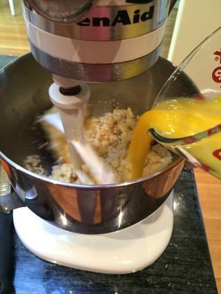 Mientras que el mezclador está en marcha, añadir poco a poco los huevos. Pare de vez en cuando para raspar los lados del tazón.