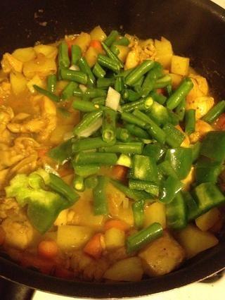 Añadir las judías verdes y pimientos y cocinar por un tiempo.