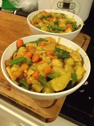 Arroz frito de transferencia (o arroz blanco caliente) a un tazón o plato para hornear de cerámica. Vierta la salsa de coco sobre el arroz.