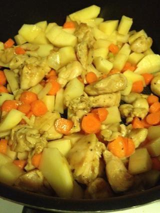Agregue las papas y las zanahorias, revuelva hasta que esté bien caliente todos los ingredientes.