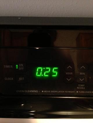 Ajuste del temporizador durante 25-30 minutos. Siempre comienzo del extremo inferior y añadir más tarde. Mejor que un exceso brownie horneado!