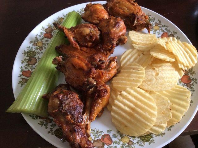 Cómo cocer al horno crujiente Buffalo Chicken Wings Receta