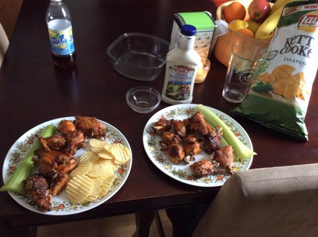 Mi plato es libre de lácteos que's having his with jalapeño chips and blue cheese dressing