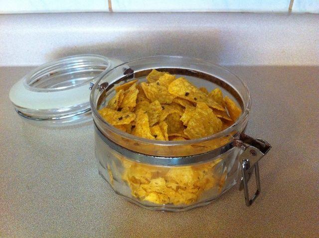 Tome dos tazas de Doritos. Solía Doritos barbacoa para esta receta, pero se puede utilizar cualquier otro sabor.