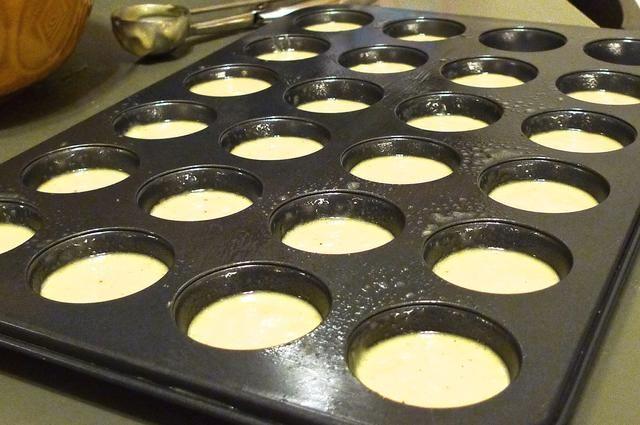 Llenar el molde para muffins con la masa hasta la mitad.