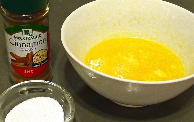 Mientras donas están horneando preparar los ingredientes que utilizan mantequilla derretida y canela en polvo. Coloque la mantequilla derretida en un tazón poco profundo. También mezcle la canela y el azúcar bien y colocar en otro tazón poco profundo.