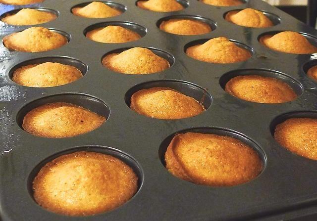 Cuando al horno, dejar que se enfríen los buñuelos en la sartén durante 5 minutos.